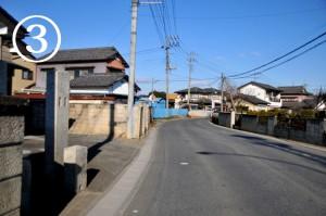 左側に青いトタンの塀が見えたら、その手前の路地を左に曲がります